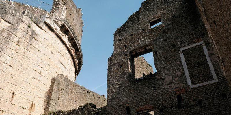 Gli alti muri del Castrum Caetani e del Mausoleo di Cecilia Metella.