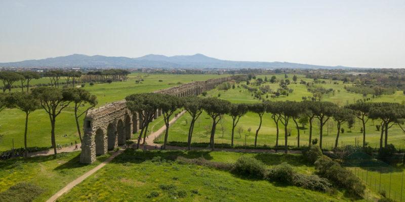 Parco degli acquedotti: dettaglio del doppio condotto dell'acquedotto Claudio (canale inferiore) e dell'Anio novus (canale superiore).