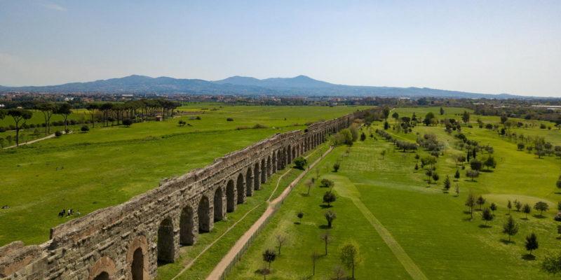 Gli archi di sostegno dell'acquedotto Claudio (canale inferiore) e dell'Anio novus (canale superiore).