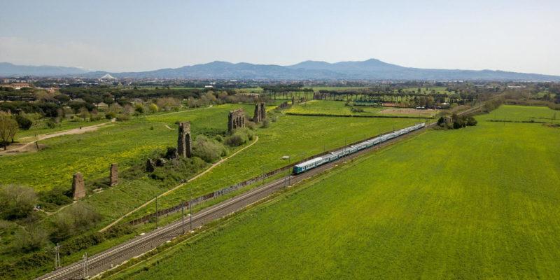 Il Parco degli Acquedotti visto dall'alto. In primo piano la ferrovia e l'acquedotto Claudio.