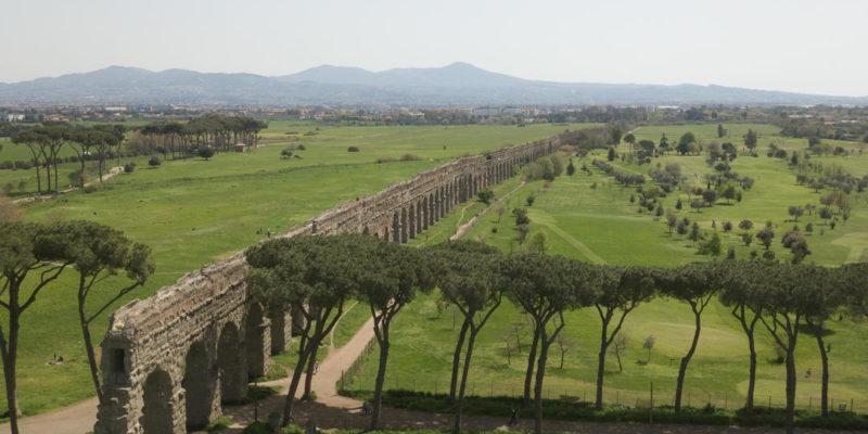 Vista dall'alto dell'acquedotto Claudio e dell'Anio novus nel Parco degli Acquedotti.
