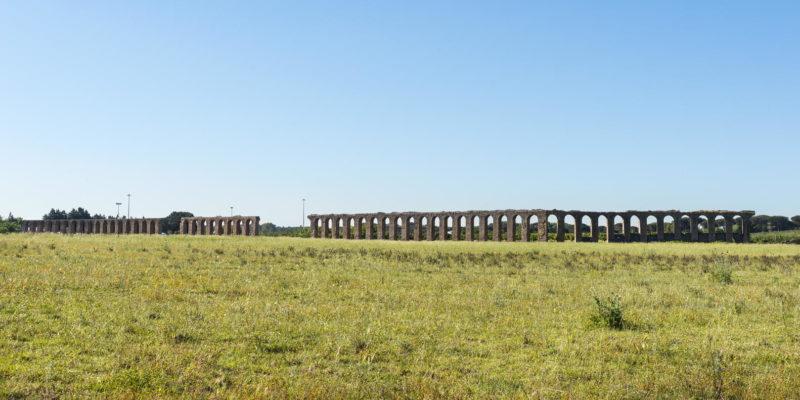 Tratto dell'Acquedotto dei Quintili visibile sulla destra della Via Appia Nuova.