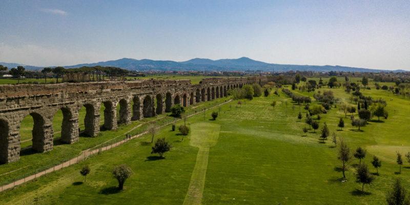 Vista dall'alto dell'acquedotto Claudio (canale inferiore) e dell'Anio novus (canale superiore) nel Parco degli Acquedotti