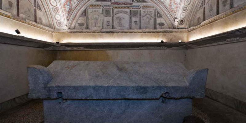 Interno della Tomba dei Pancrazi: sarcofago.