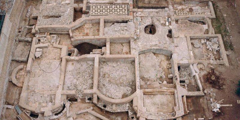 Lo scavo delle terme romane visibili dal giardino a Capo di Bove.