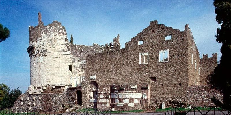 Il Mausoleo di Cecilia Metella e il Castrum Caetani visti dalla Via Appia Antica.