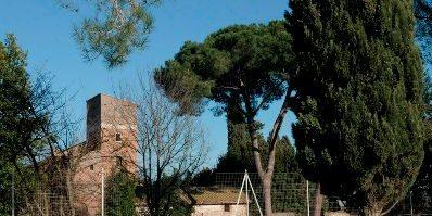 Il casale di Santa Maria Nova visto dalla Via Appia Antica.