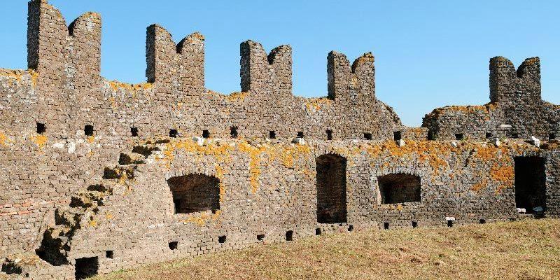 Merlatura della torretta medievale costruita sul Mausoleo di Cecilia Metella