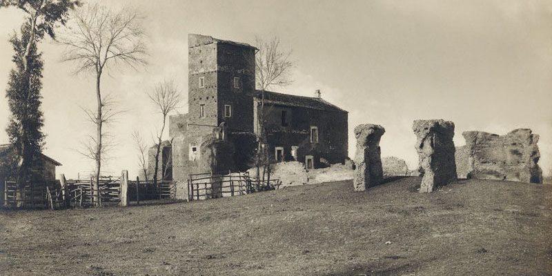 Il casale di Santa Maria Nova in una fotografia storica (Archivio PAAA, fine Ottocento - inizi Novecento).